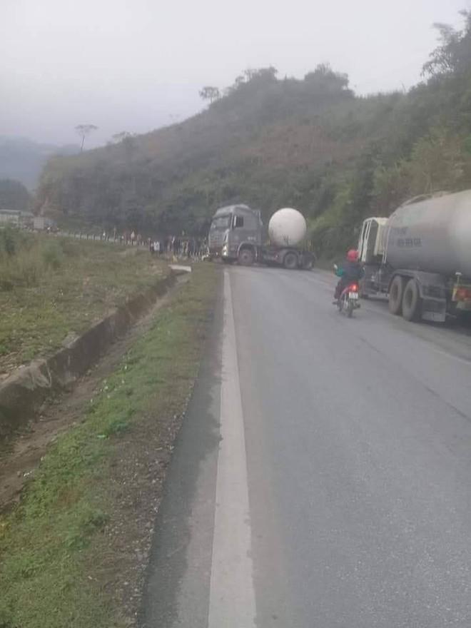 Hiện trường vụ tai nạn nghiêm trọng ở Hòa Bình khiến người đi đường ám ảnh - ảnh 1