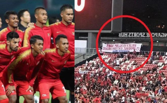 """Hành động """"lạ"""" của CĐV nhà khiến Indonesia phải """"ngượng mặt"""" sau thất bại trước Singapore"""