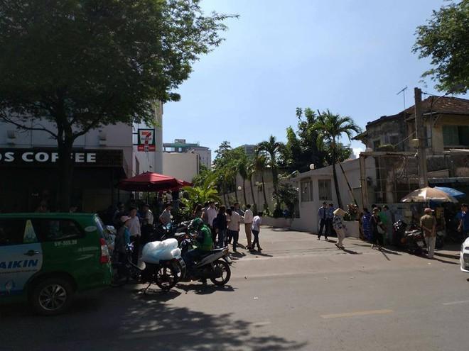 Người đàn ông gieo mình nghi tự tử tại toà nhà Saigon Trade Center ở Sài Gòn - Ảnh 1.