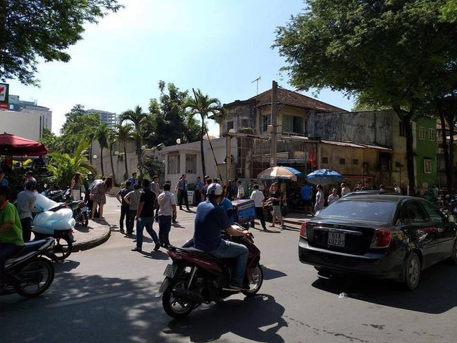 Người đàn ông gieo mình nghi tự tử tại toà nhà Saigon Trade Center ở Sài Gòn - Ảnh 2.