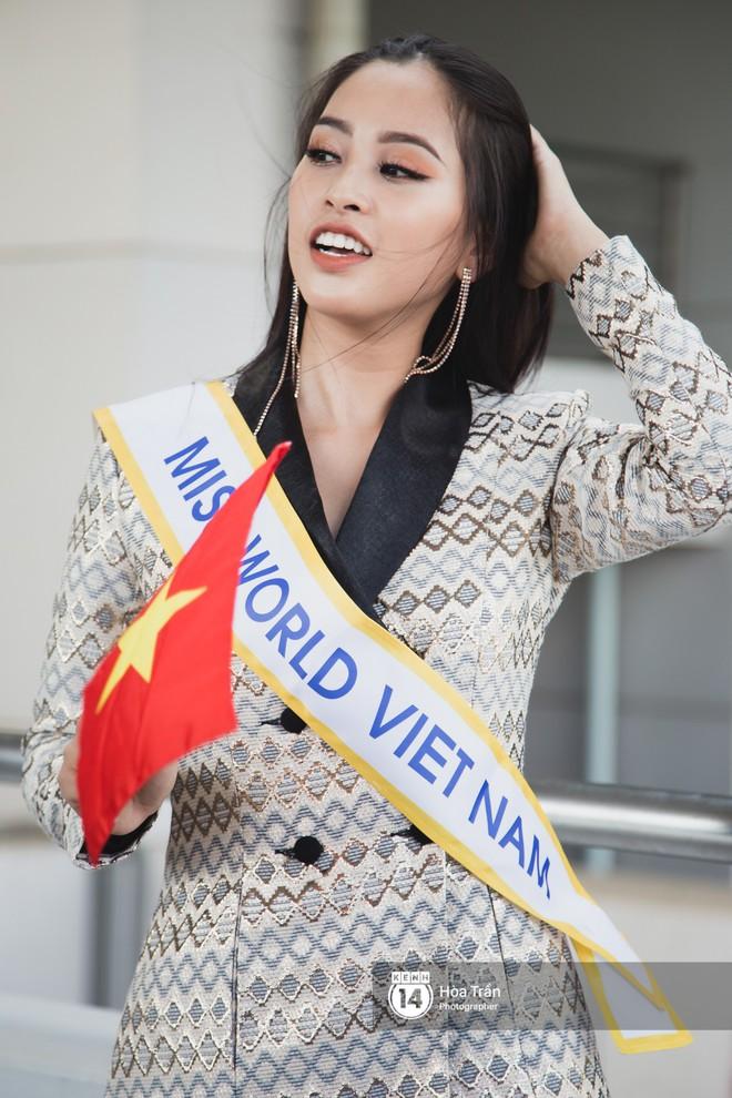 Mẹ cùng người hâm mộ tiễn Trần Tiểu Vy lên đường sang Trung Quốc chinh chiến Miss World 2018 - Ảnh 2.