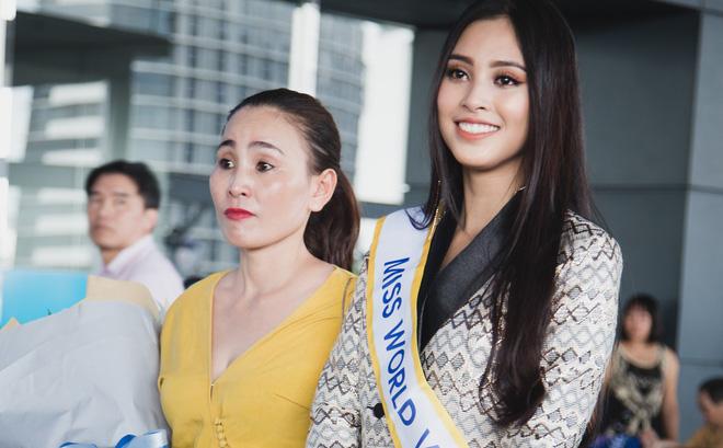 Mẹ cùng người hâm mộ tiễn Trần Tiểu Vy lên đường sang Trung Quốc chinh chiến Miss World 2018