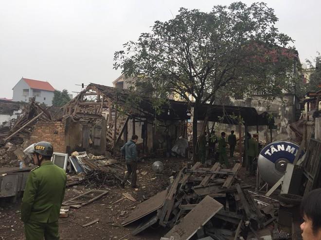 Hiện trường vụ nổ làm 2 người chết, 7 người bị thương, nhiều nhà dân bị tốc mái - Ảnh 1.