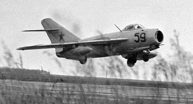 Thực hư chuyện phi công Liên Xô lái tiêm kích MiG-17 bay xuyên qua… gầm cầu! - Ảnh 1.