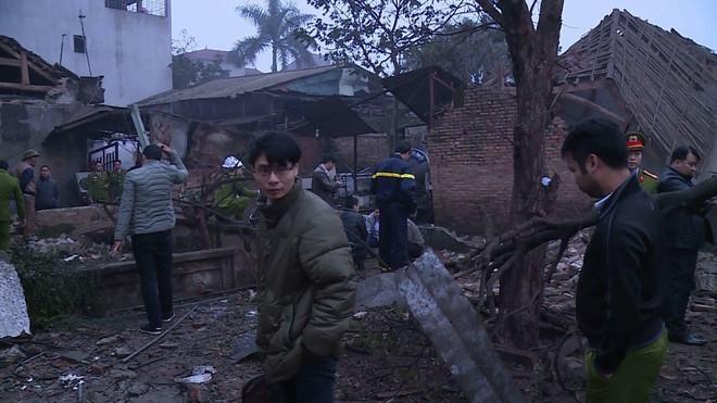 Hiện trường vụ nổ làm 2 người chết, 7 người bị thương, nhiều nhà dân bị tốc mái - Ảnh 6.