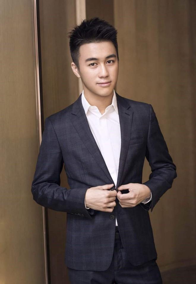 Con trai Vua sòng bài Macau: Đánh bại 100 thiên tài toán học Trung Quốc, yêu siêu mẫu Victoria Secret - Ảnh 1.