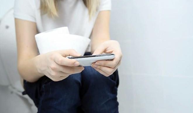 Sai lầm phổ biến trong tư thế đi vệ sinh có thể gây bệnh - Ảnh 5.