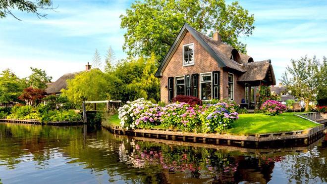 Ngôi làng không có đường đi, nhà nào nhà đó tràn ngập hoa tươi, đẹp như trong cổ tích - Ảnh 18.