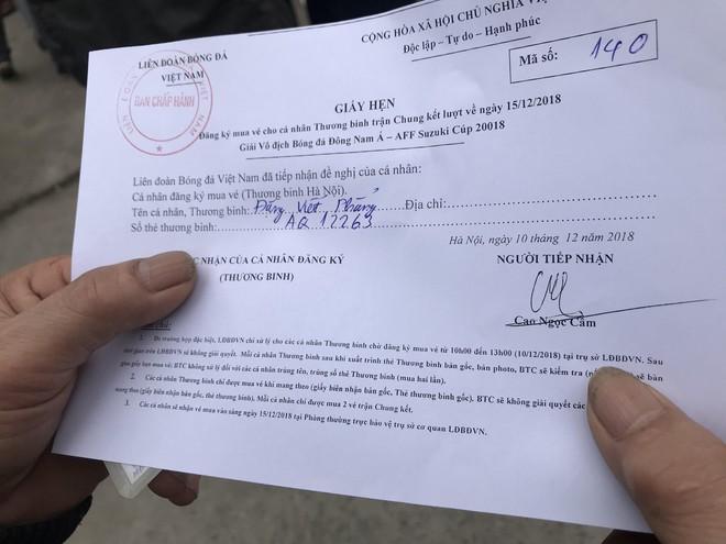 Hàng trăm thương binh chen lấn chờ đăng kí mua vé trận chung kết Việt Nam - Malaysia - Ảnh 7.