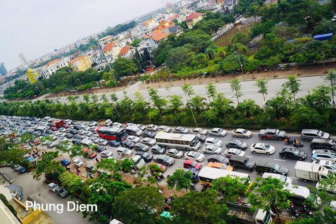 Kinh ngạc hàng trăm ô tô đứng sát nhau, kẹt cứng không lối thoát ở Hà Nội - Ảnh 3.