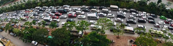 Kinh ngạc hàng trăm ô tô đứng sát nhau, kẹt cứng không lối thoát ở Hà Nội - Ảnh 5.