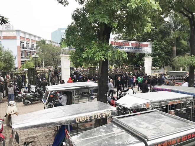 Hàng trăm thương binh chen lấn chờ đăng kí mua vé trận chung kết Việt Nam - Malaysia - Ảnh 3.