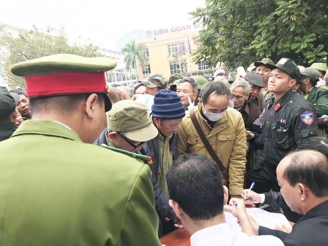 Hàng trăm thương binh chen lấn chờ đăng kí mua vé trận chung kết Việt Nam - Malaysia - Ảnh 6.
