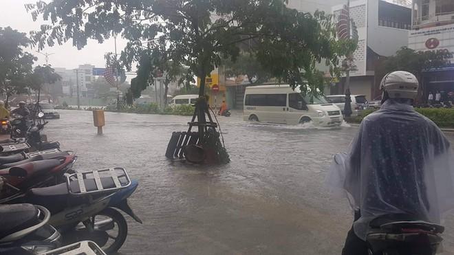 Đà Nẵng thất thủ lần 2, nước ngập khắp các tuyến đường trung tâm - Ảnh 3.
