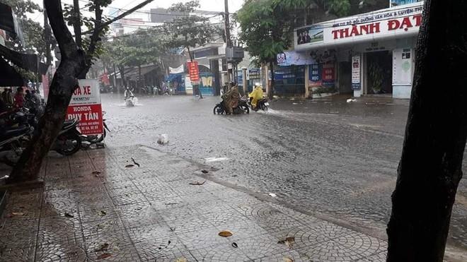 Đà Nẵng thất thủ lần 2, nước ngập khắp các tuyến đường trung tâm - Ảnh 2.