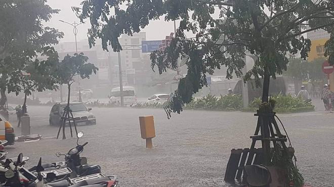 Đà Nẵng thất thủ lần 2, nước ngập khắp các tuyến đường trung tâm - Ảnh 7.