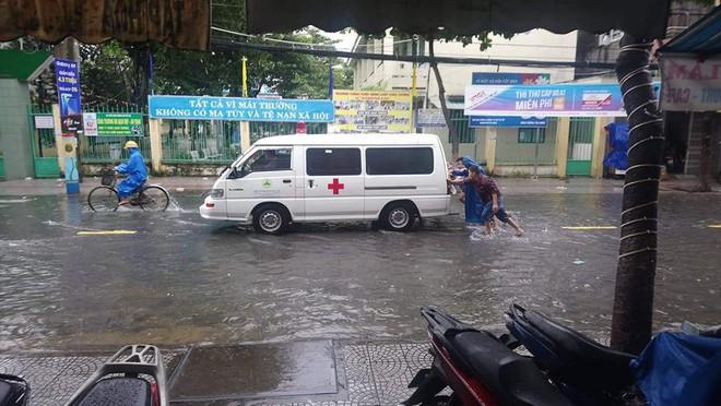 Đà Nẵng thất thủ lần 2, nước ngập khắp các tuyến đường trung tâm - Ảnh 6.