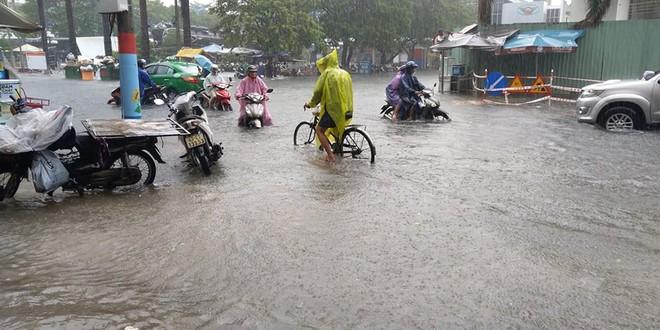 Đà Nẵng thất thủ lần 2, nước ngập khắp các tuyến đường trung tâm - Ảnh 5.