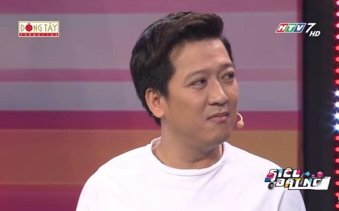 """Trường Giang chê Hari Won: """"2 năm rồi vẫn phải cầm giấy đọc"""""""