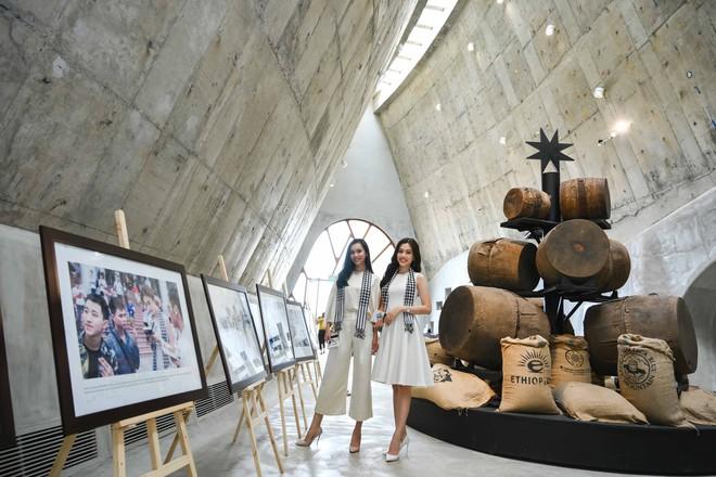 Á hậu Phương Nga, Hoàng My giao lưu với sinh viên tại Bảo tàng thế giới cà phê - Ảnh 1.