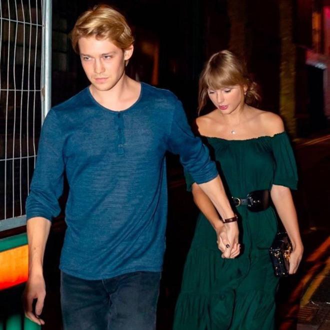 Tom Hiddleston bỗng trở thành vệ sĩ hộ tống cho Taylor Swift và bạn trai Joe Alwyn? - Ảnh 4.