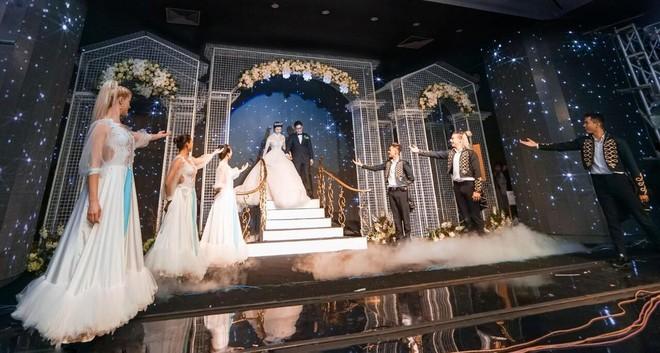 Siêu đám cưới 4,6 tỷ ở Hải Phòng: Chú rể rước bạch mã hiếm đi đón dâu, bước vào hội trường như lạc vào lâu đài cổ tích - Ảnh 7.