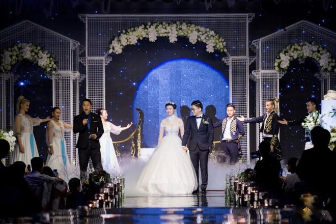 Siêu đám cưới 4,6 tỷ ở Hải Phòng: Chú rể rước bạch mã hiếm đi đón dâu, bước vào hội trường như lạc vào lâu đài cổ tích - Ảnh 8.