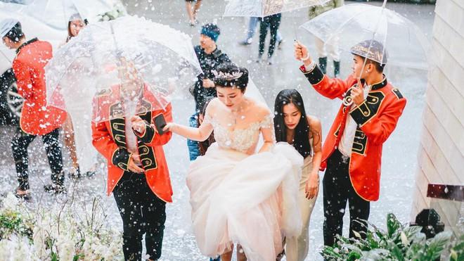 Siêu đám cưới 4,6 tỷ ở Hải Phòng: Chú rể rước bạch mã hiếm đi đón dâu, bước vào hội trường như lạc vào lâu đài cổ tích - Ảnh 5.