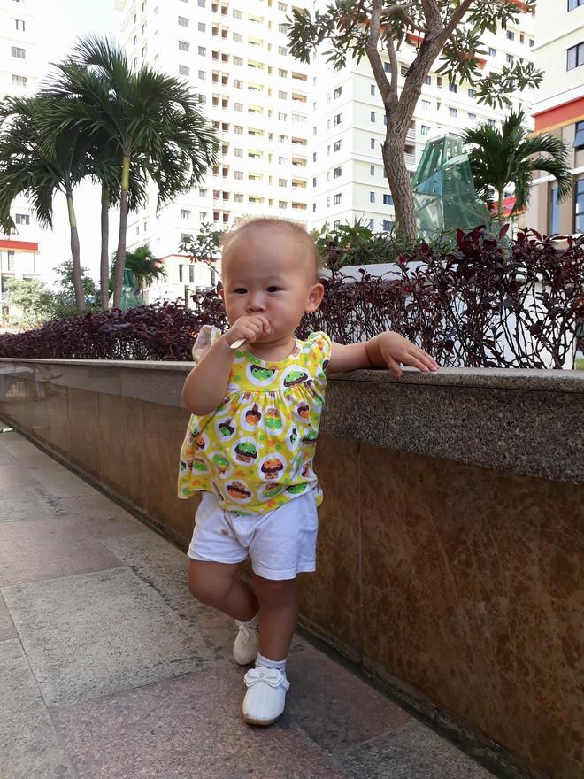 8 khoảnh khắc của cô bé 2 tuổi khiến dân mạng thích thú vì quá giống HLV Park Hang-seo - Ảnh 11.
