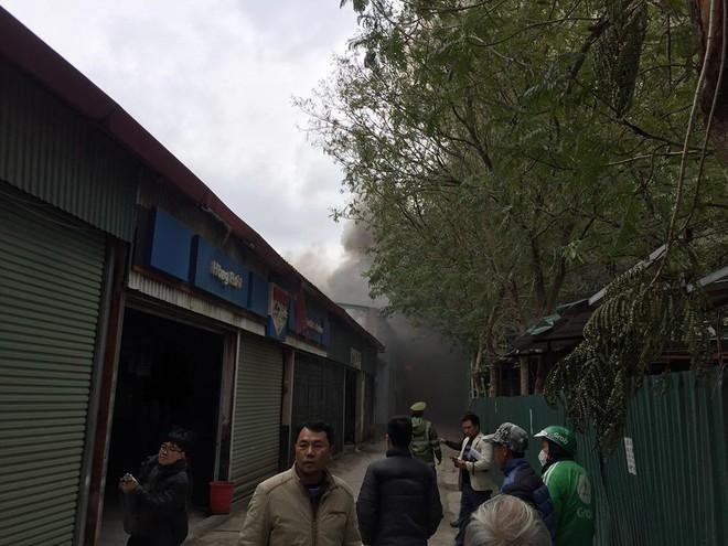Cháy lớn tại xưởng sửa chữa ô tô cạnh Liên đoàn Bóng đá Việt Nam - Ảnh 4.