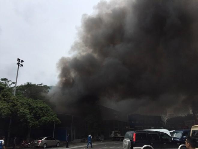 Cháy lớn tại xưởng sửa chữa ô tô cạnh Liên đoàn Bóng đá Việt Nam - Ảnh 2.