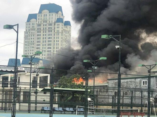 Cháy lớn tại xưởng sửa chữa ô tô cạnh Liên đoàn Bóng đá Việt Nam - Ảnh 1.