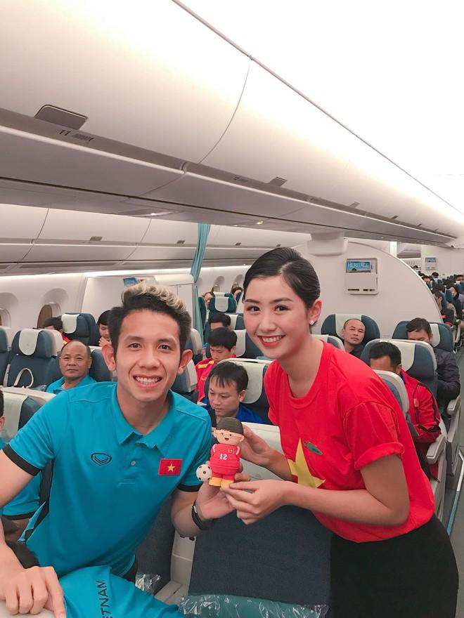 Nữ tiếp viên hàng không xinh đẹp gây bão mạng khi chụp ảnh cùng đội tuyển Việt Nam, tiết lộ bất ngờ về Quang Hải - Ảnh 1.