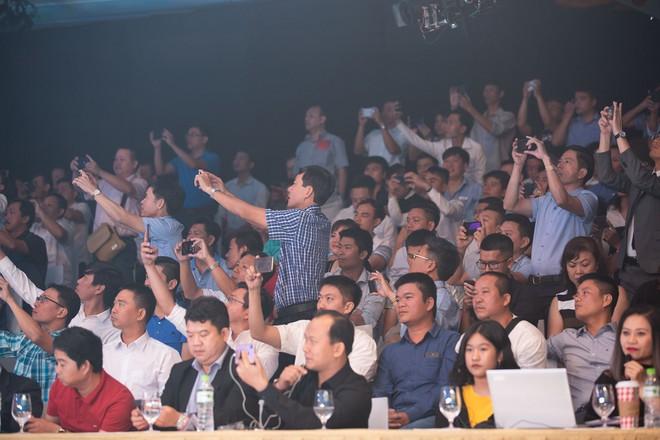 Hàng trăm người chờ đợi thử nghiệm điện thoại VSmart - Ảnh 4.