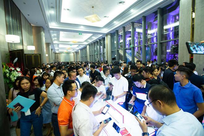 Hàng trăm người chờ đợi thử nghiệm điện thoại VSmart - Ảnh 5.
