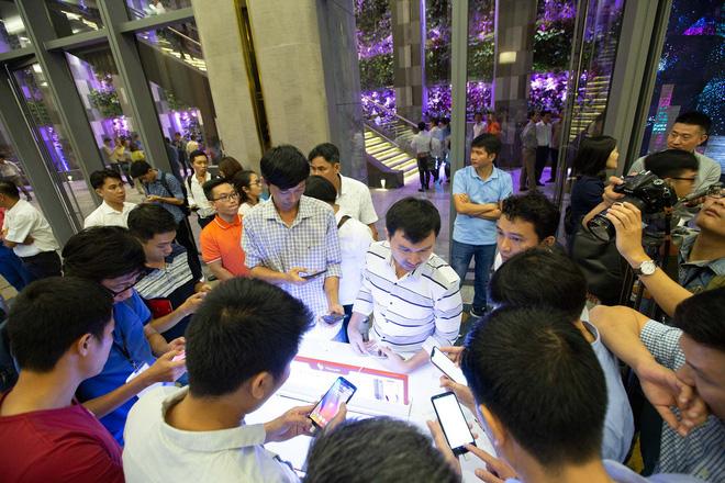 Hàng trăm người chờ đợi thử nghiệm điện thoại VSmart - Ảnh 6.