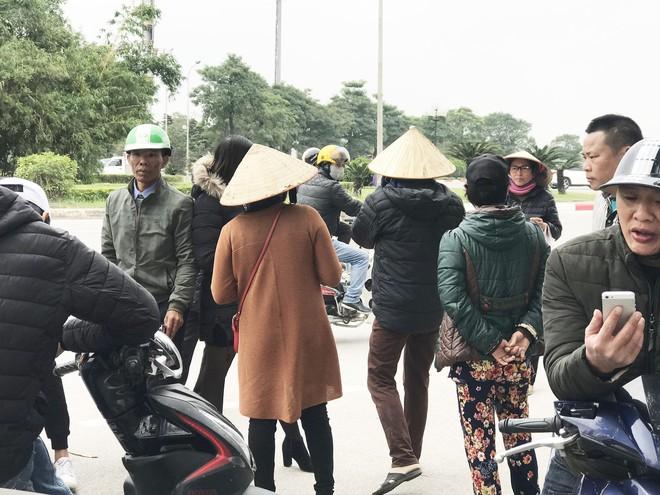 Cuộc giao dịch vé chớp nhoáng trước cổng Liên đoàn Bóng đá - Ảnh 1.