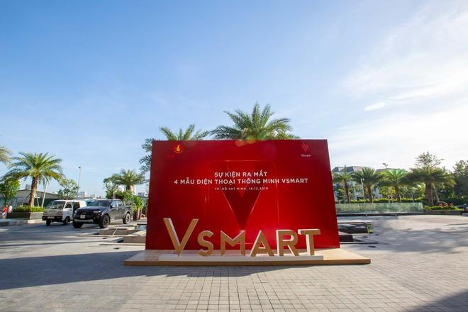 Lộ ảnh sân khấu ra mắt điện thoại Vsmart: Nhìn qua cũng thấy bóng bẩy sang trọng đã con mắt - Ảnh 1.