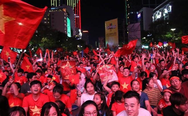 Tuyển Việt Nam ghi bàn, hàng ngàn CĐV tại phố đi bộ Nguyễn Huệ đứng đậy vỡ òa trong sung sướng
