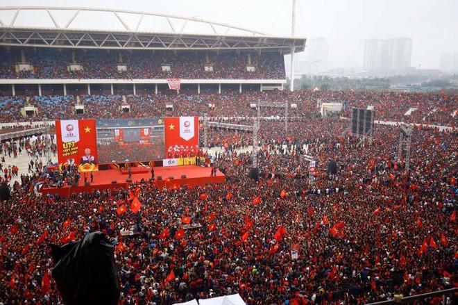 Sự cuồng nhiệt của người Việt với bóng đá và 2 bức ảnh tối nay khiến tất cả nổi da gà - Ảnh 4.