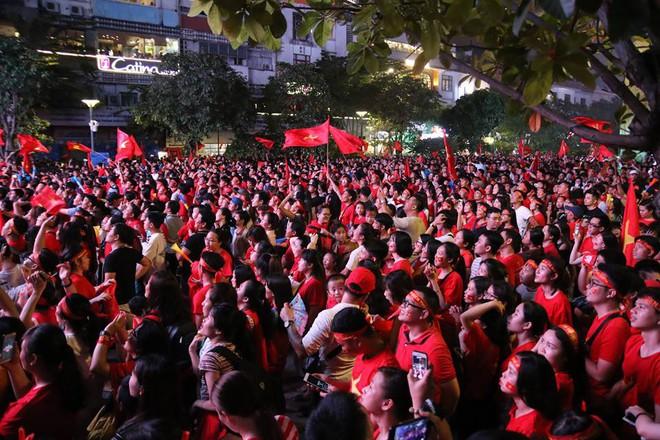 CĐV òa khóc khi tuyển Việt Nam lên ngôi vô địch, ngàn người reo hò xuống đường ăn mừng - Ảnh 6.