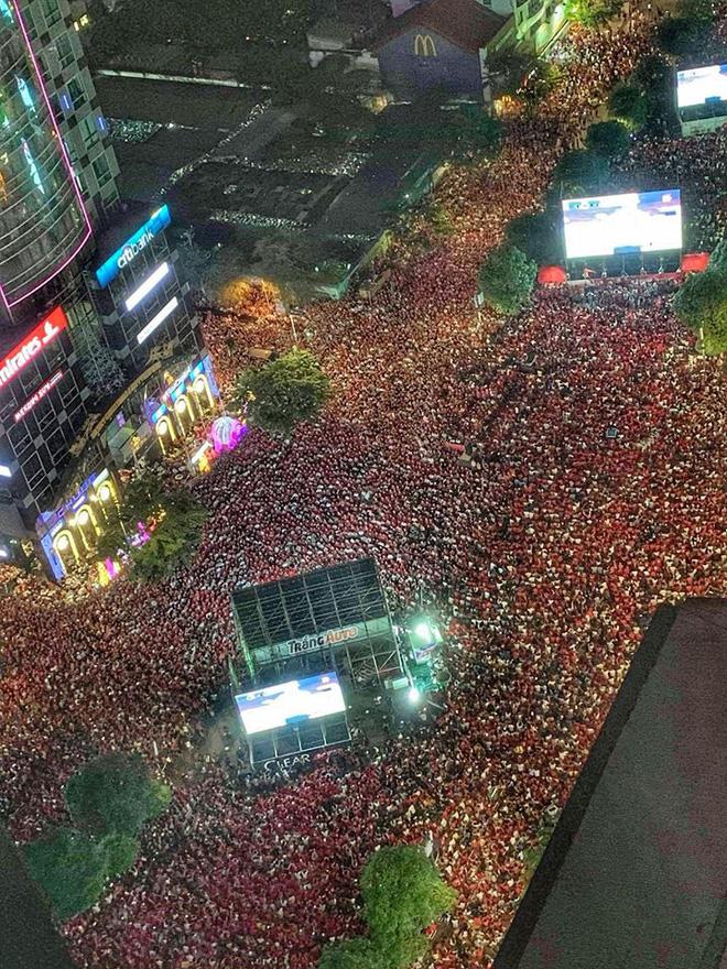 Sự cuồng nhiệt của người Việt với bóng đá và 2 bức ảnh tối nay khiến tất cả nổi da gà - Ảnh 1.