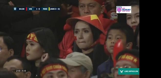 Hot girl cười tươi trên sân Mỹ Đình: Máy quay của Việt Nam vẫn là đỉnh nhất! - Ảnh 3.