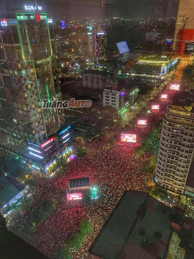 Sự cuồng nhiệt của người Việt với bóng đá và 2 bức ảnh tối nay khiến tất cả nổi da gà - Ảnh 2.