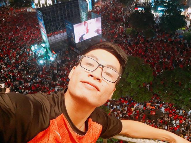Sự cuồng nhiệt của người Việt với bóng đá và 2 bức ảnh tối nay khiến tất cả nổi da gà - Ảnh 3.