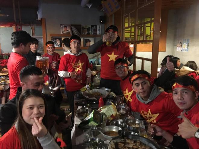 Người Việt Nam trên khắp năm châu mở hội, vỡ òa với khoảnh khắc chúng ta lên ngôi - Ảnh 4.