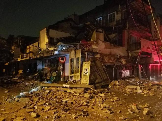 Nhà 2 tầng đổ sập trong đêm mưa, 2 người thoát chết - Ảnh 1.