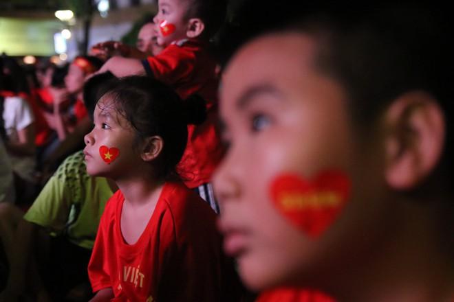 Cảm xúc vỡ òa của người hâm mộ ở Sài Gòn khi Việt Nam giành chức vô địch AFF Cup 2018 - Ảnh 10.