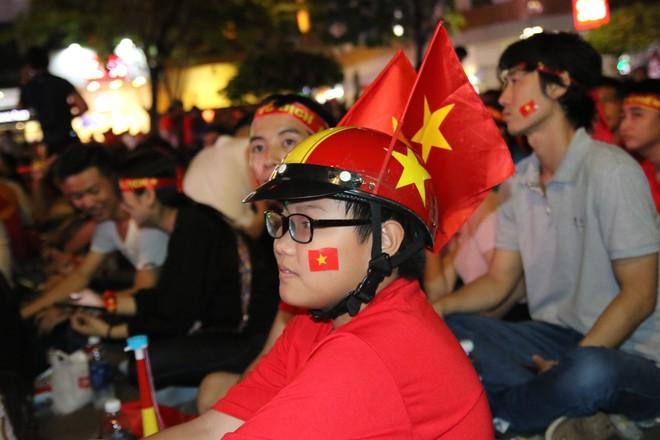 Cảm xúc vỡ òa của người hâm mộ ở Sài Gòn khi Việt Nam giành chức vô địch AFF Cup 2018 - Ảnh 8.