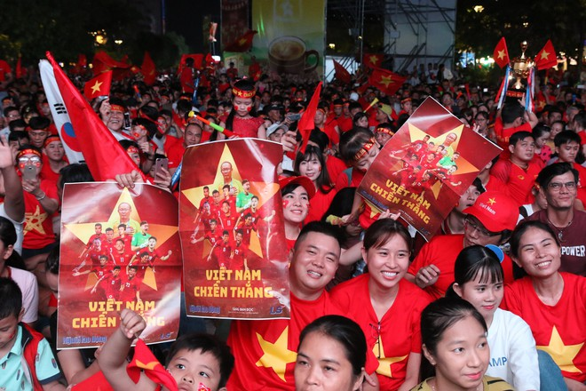 Cảm xúc vỡ òa của người hâm mộ ở Sài Gòn khi Việt Nam giành chức vô địch AFF Cup 2018 - Ảnh 2.